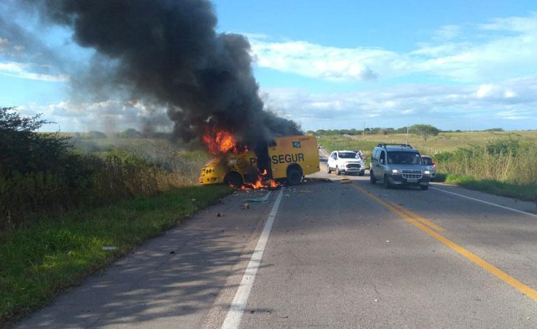 Bandidos rendem seguranças e explodem carro-forte no Agreste Potiguar