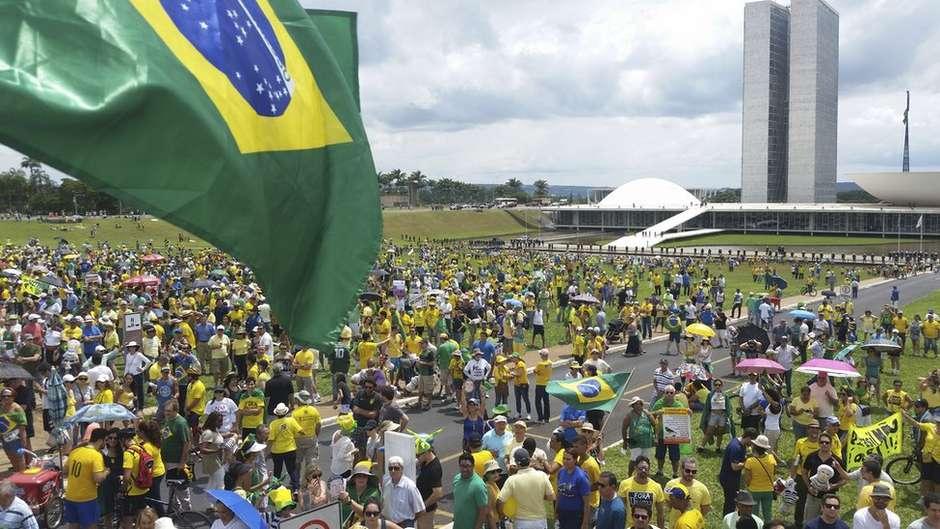 Manifestação contra a corrupção em Brasília: tema perdeu importância para os brasileiros desde a eleição Foto: Valter Campanato/Agência Brasil / BBC News Brasil