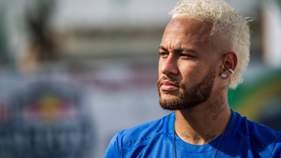 Neymar desembarca em Paris para definir futuro no PSG