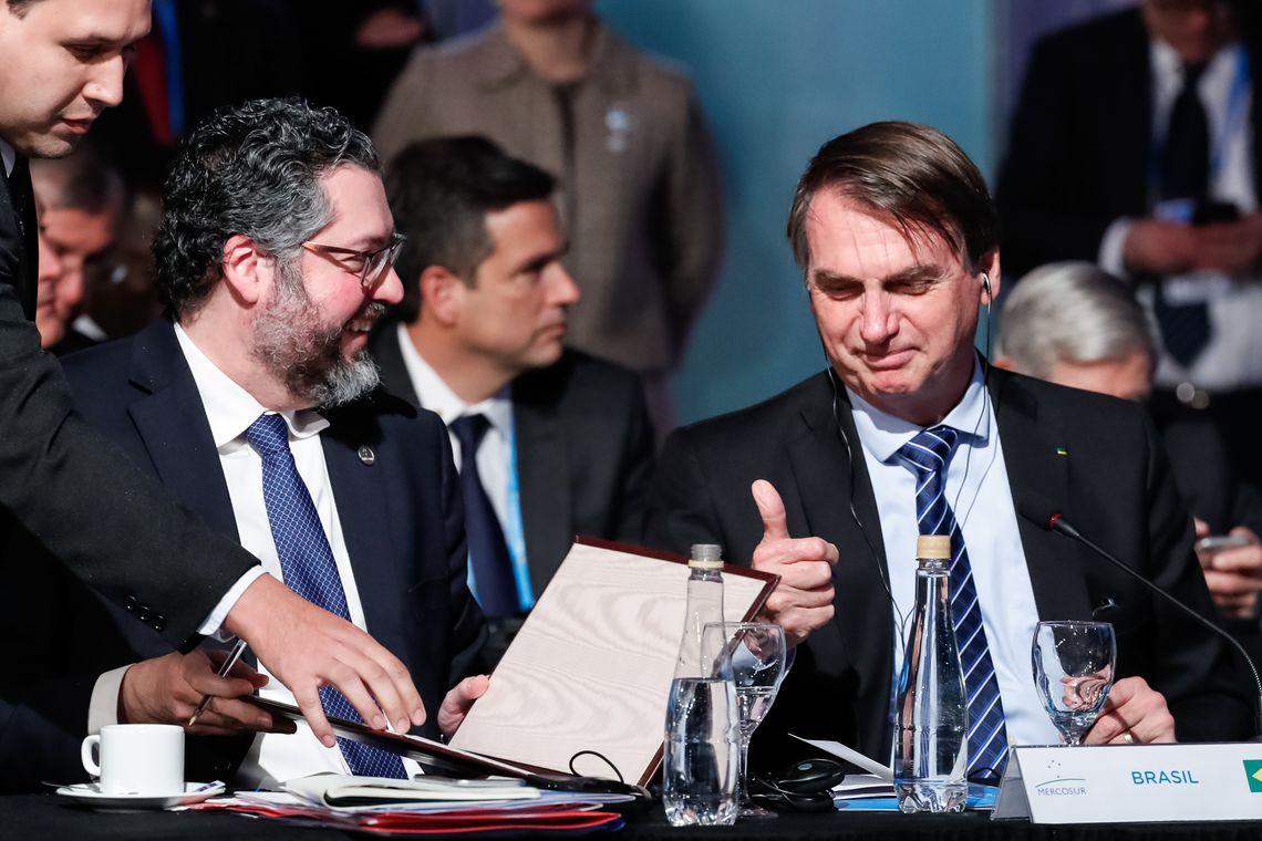 Bolsonaro lidera votos para 2022 seguido por Lula, diz CNT