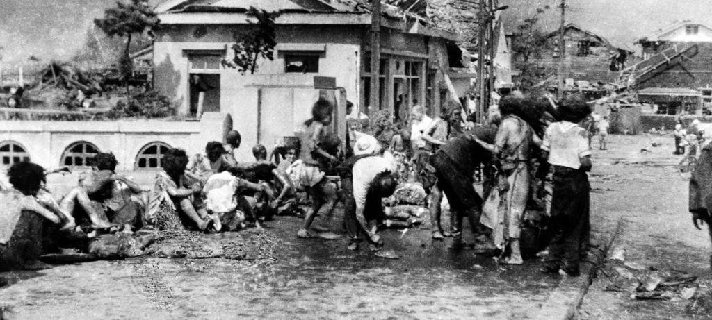 Civis feridos reúnem-se no pavimento oeste de Miyuki-bashi, em Hiroshima, Japão, por volta das 11h da manhã, em 6 de agosto de 1945, após ataque de bomba nuclear. Foto: ONU/Yoshito Matsushige