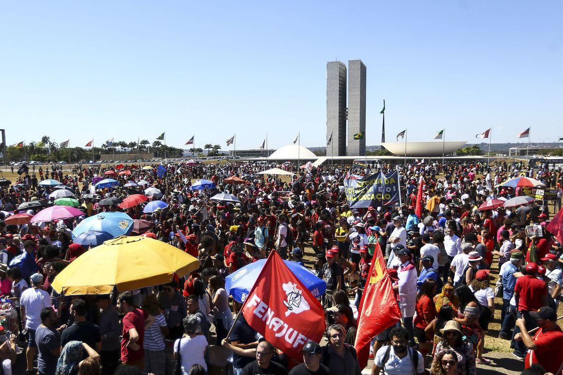 Brasília: Mulheres indígenas realizam marcha até o Congresso Nacional.  (Foto: Marcelo Camargo/Agência Brasil)