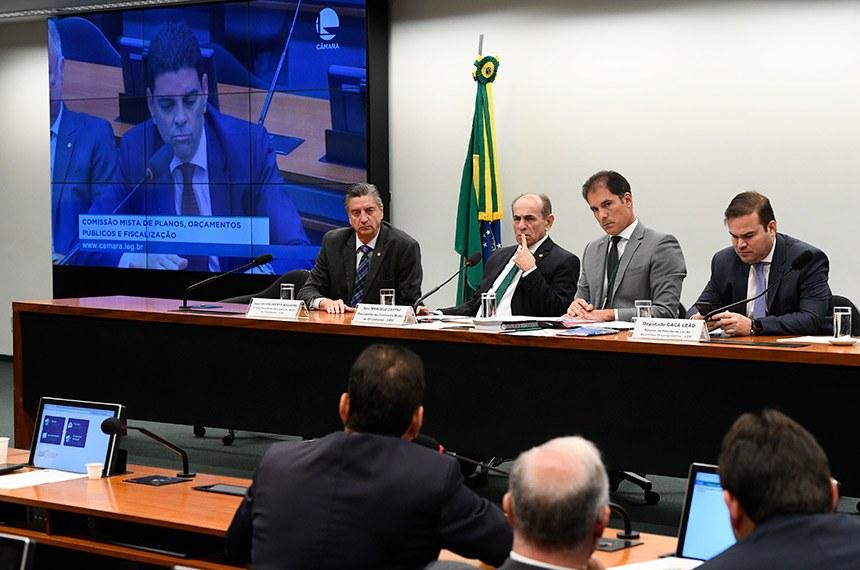 Reunião da CMO, presidida pelo senador Marcelo Castro (segundo da esquerda para a direita), aprovou a Lei de Diretrizes Orçamentárias para 2020 e créditos para o Judiciário