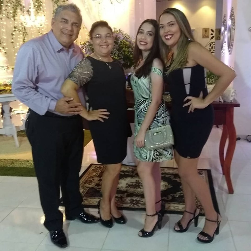 Ladeado pelas mulheres de sua vida o aniversariante do domingo Francileno Góis com a esposa Licinha e as filhas Fernanda e Giovana. Parabéns!