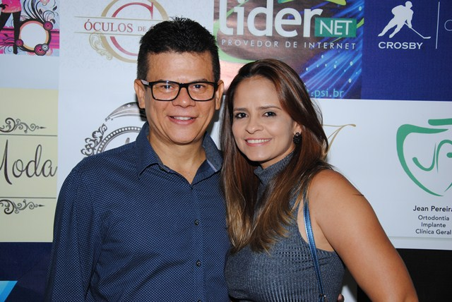 Outro aniversariante festejado do dia 17 é o prefeito Juninho Alves na foto com sua musa a primeira dama Denise Alves. Parabéns, felicidades sempre!