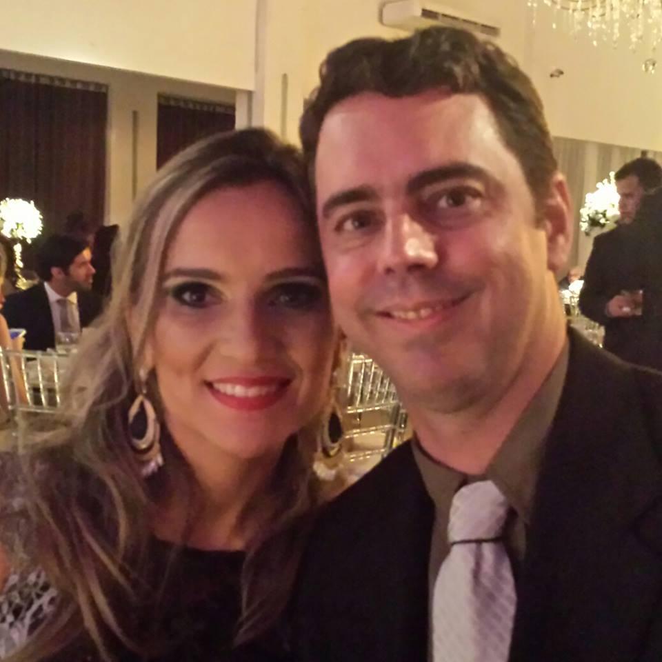 Na quarta-feira dia 18 que também celebra a festa da vida é o odontólogo Dr. Jean Pereira no clique com sua musa Flávia. Vivas!