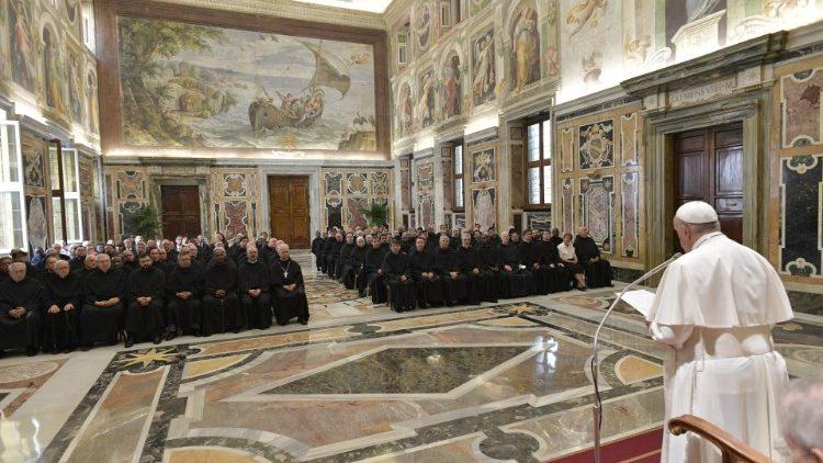 Papa com sacerdotes agostinianos