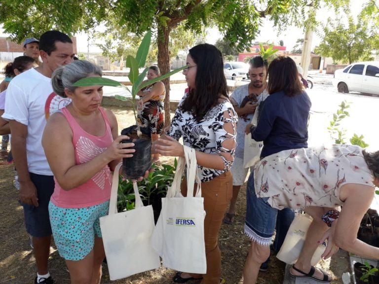 Ufersa marca Dia da Árvore com distribuição de mudas no Vingt Rosado