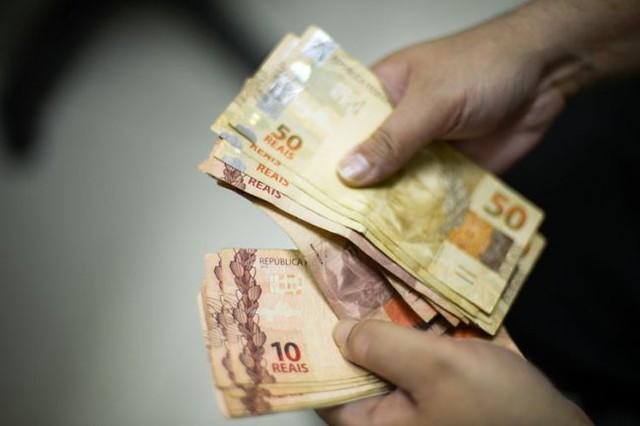Ao todo, 73,03% das famílias brasileiras receberam menos de seis salários mínimos por mês entre 2018 e 2019. Há nove anos, eram 68,4%. / Reprodução