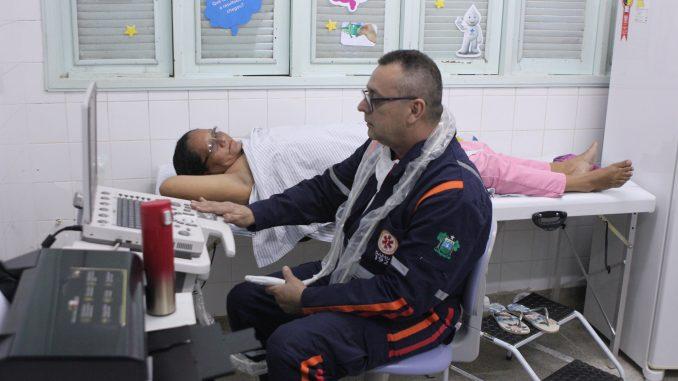 Médico Alexandre Maia, que trabalha na UBS do Liberdade há 11 anos e está no Município desde 1987, durante realizando de mamografia da dona de casa Ronivalda Lopes.