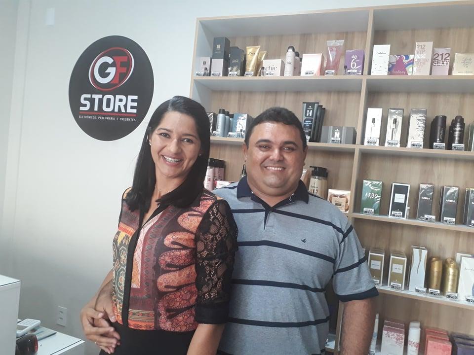 Anfitriões nota mil os empresários Gilderlei Farias e Marcia Bethânia Dantas em dia de inauguração da GF Store. Chique!