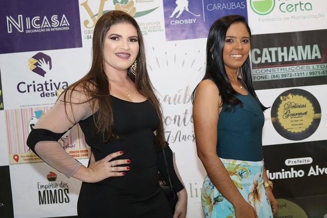 Alinhadas Lidiane Oliveira e Melca Samira, representantes Santander na nossa festa. Achei chique!