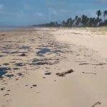 Manchas de óleo atingem Barreiras, praia próxima de Tibau