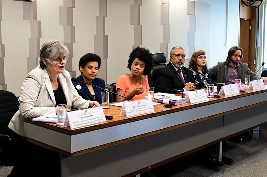 A pastora Romi Bencke fala em audiência pública conduzida pelo senador Paulo Paim a respeito da violência contra as mulheres Geraldo Magela/Agência Senado  Fonte: Agência Senado