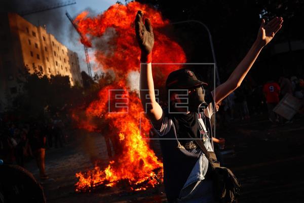 Manifestantes usam fantasias de Halloween no 14º dia de protestos no Chile