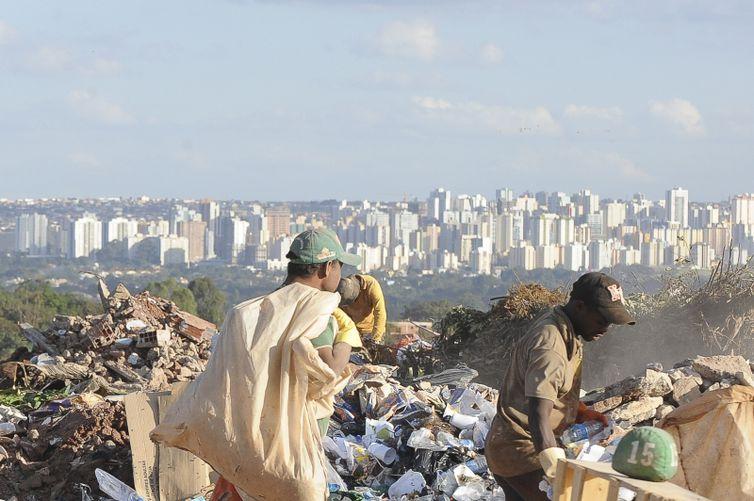Em 2018, 29,5 milhões de toneladas de resíduos sólidos urbanos seguiram para lixões - Wilson Dias/Arquivo Agência Brasil