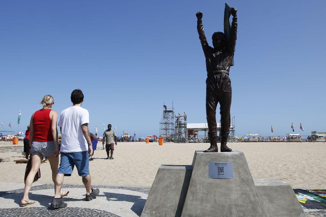 Estátua do piloto Ayrton Senna em tamanho real é instalada no calçadão de Copacabana