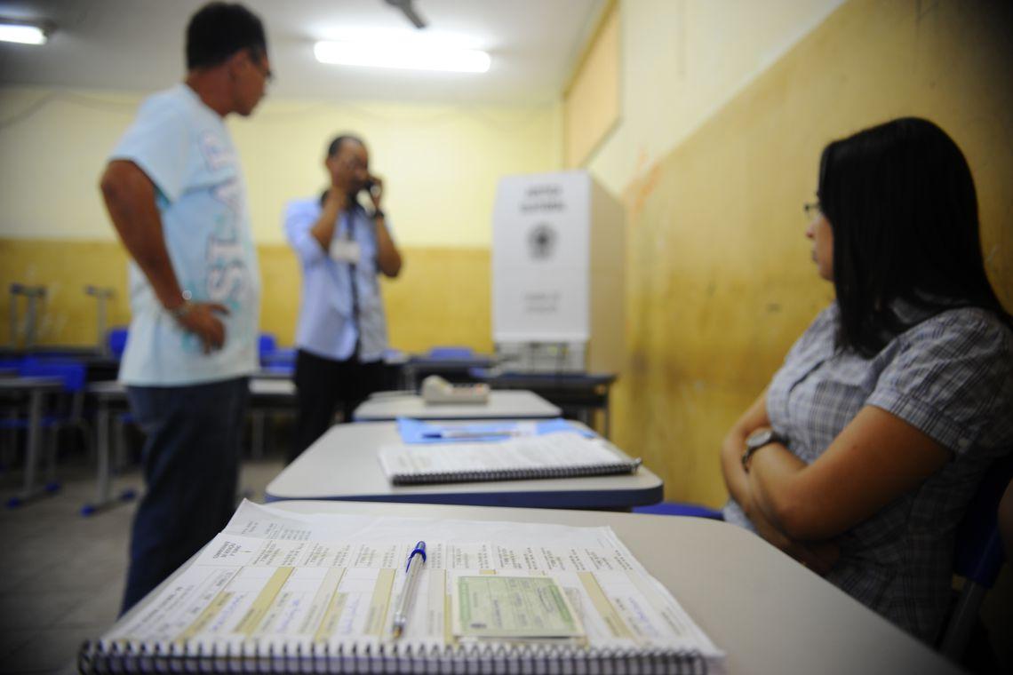 Em Belém, no Pará,  urna eletrônica apresenta problema e é preciso ser trocada (Tânia Rêgo/Agência Brasil)