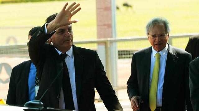 Presidente Jair Bolsonaro e o ministro da economia, Paulo Guedes, cumprimentam turistas no Palácio da Alvorada