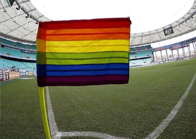 Árbitro interrompe jogo por conta de gritos homofóbicos da torcida