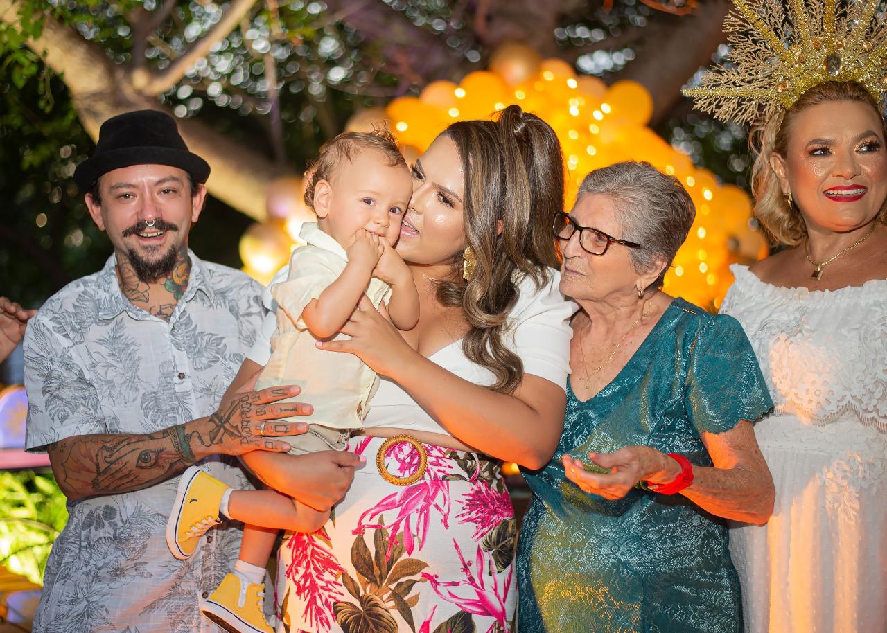 Os pais Talles e Anabele, Vicente com a Bisavó Francisca Santos e a vovó Vilmaci Viana.