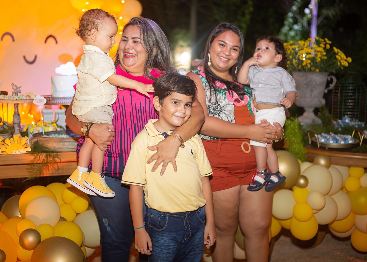 Vicente sendo 'paparicado' pelas tias Adriana Souza e Alana Gurgel e os priminho Antony e Matias.