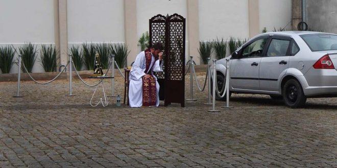 Padre adota 'drive-thru' para confissões de fiéis durante quarentena