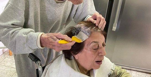 Quarentena: Homem de 92 anos pinta o cabelo de sua esposa em casa, pois ela não pode ir ao salão por causa do bloqueio de coronavírus