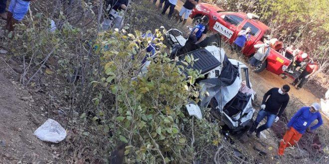 Duas pessoas morrem em acidente envolvendo carros e caminhão na BR-304 no RN
